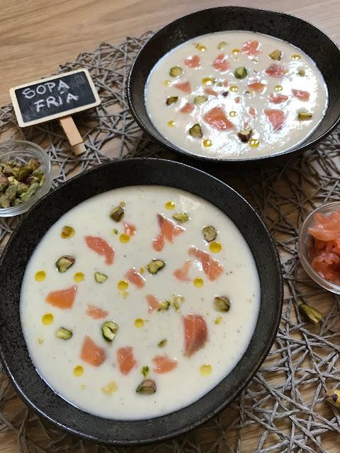 sopa fría de espárragos con salmón ahumado y pistachos receta
