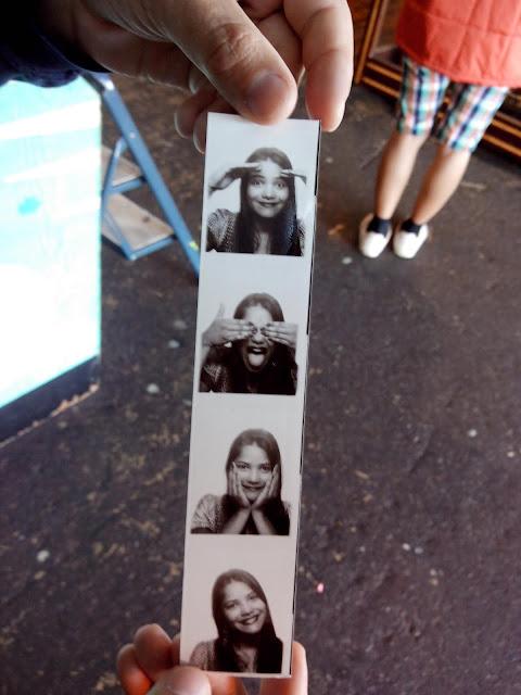 fotos de cabine preto e branco, mulher sorrindo e fazendo caretas