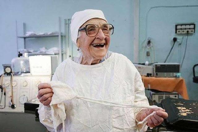 В свои 91 года, она продолжала делать по 4 операции в день: самый опытный хирург в мире