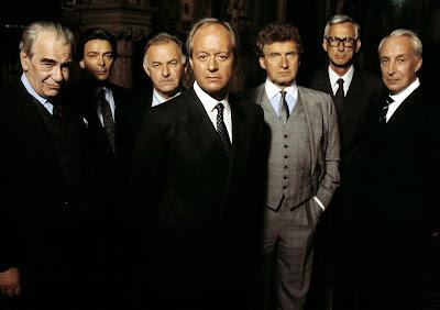 Protagonizada por Ian Richardson e produzida pela BBC entre 1990 e 1995, a série estreia na próxima terça-feira (14/6) às 22h - Divulgação