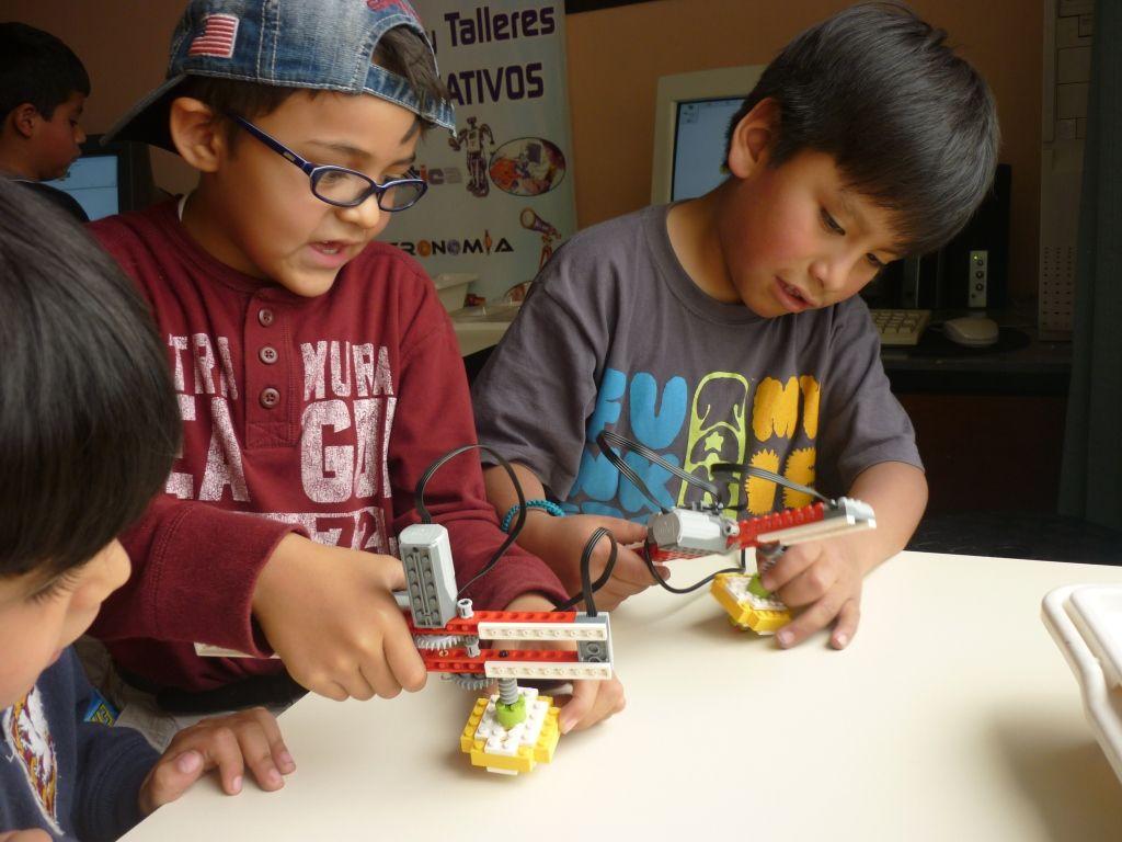 cinco-razones-para-ensenar-robotica-creatividad-habilidades-robot-hijos-aprender-ia-inteligencia-artificial-ensenar-robotica-educacion-educativarobotics--grupoeducativa-lego-duplo-arduino-ninos-ninas-adolescentes-jovenes-cursos-clases-talleres-arequipa-peru