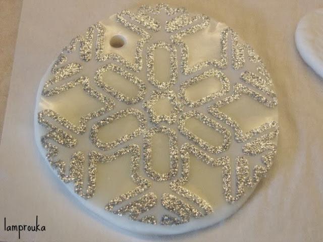 Στολίδι χριστουνέννων χιονονιφάδα από ζυμάρι σόδας.