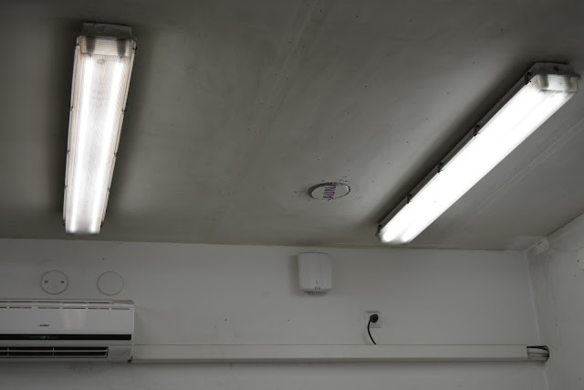 autotallin pesty katto ennen maalausta.