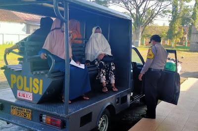 Luar Biasa Polisi Padamara Antar Jemput Lansia Vaksinasi di Puskesmas