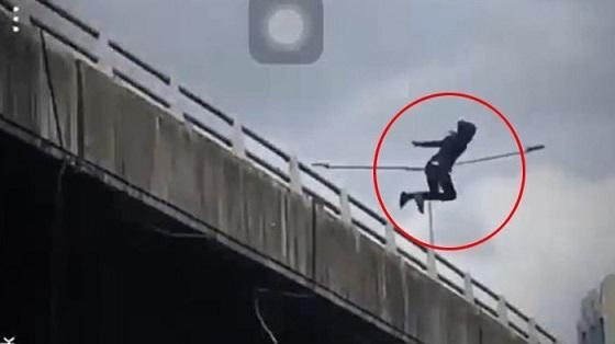 Video Pria Terjun Dari Jembatan Layang Yang Hebohkan Medsos