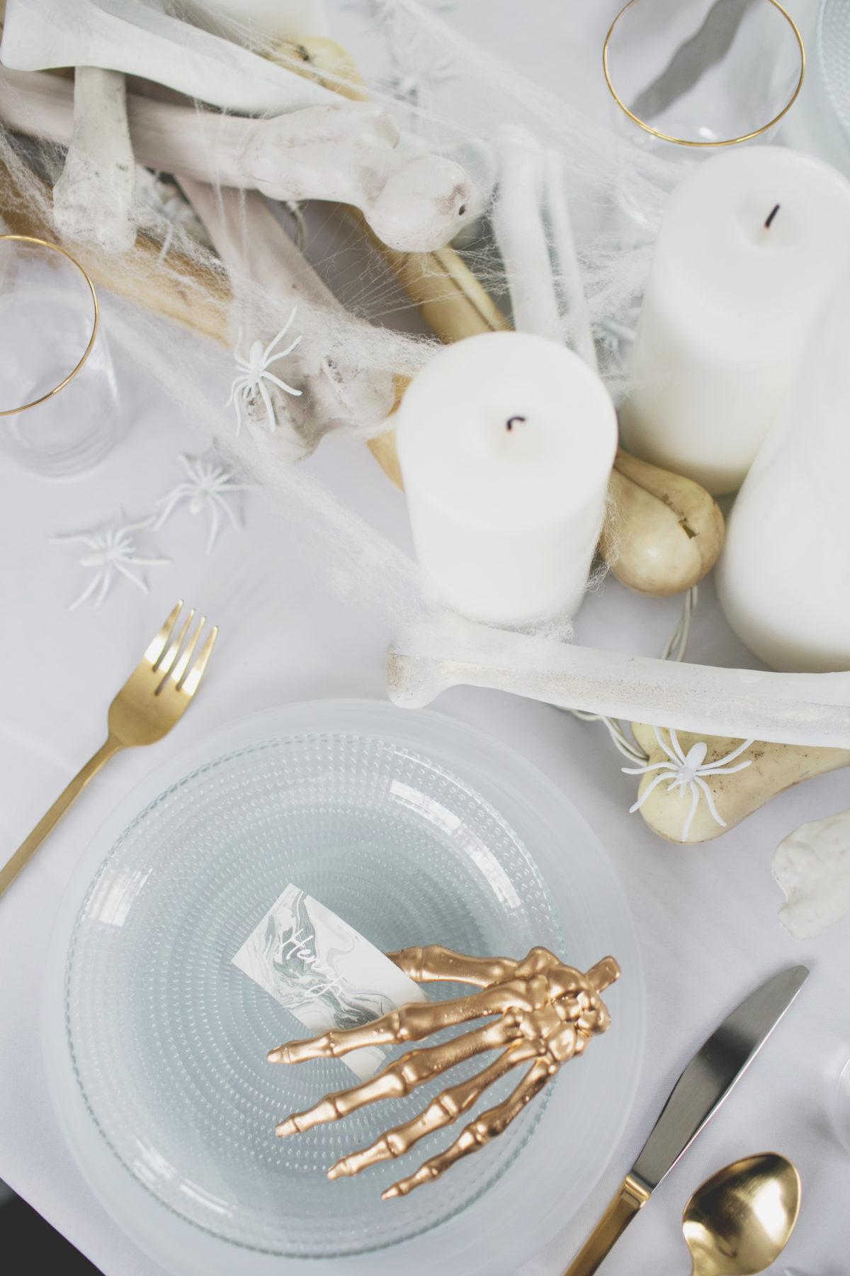 Cómo decorar una mesa de Halloween en blanco7