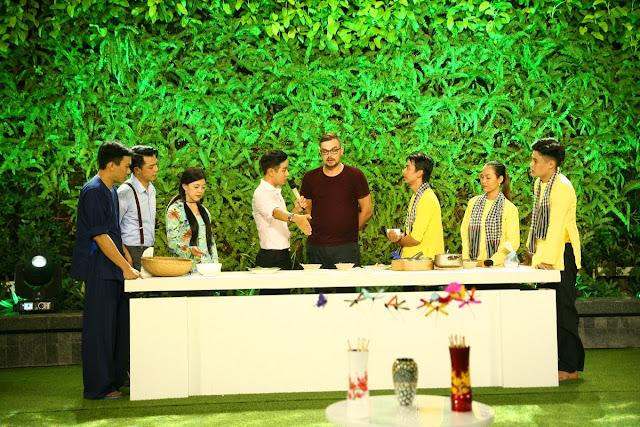 Sự cẩn thận của vị khách Tây khi thưởng thức đặc sản Việt Nam khiến diễn viên Hồng Trang thua tức tưởi