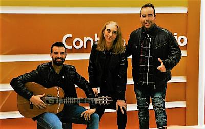 Paula Cobos con el cantante Carlos Lunas de promoción en tv de Lebrija