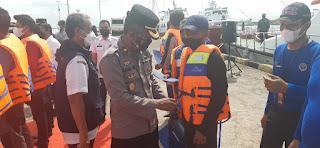 Wakapolres Pelabuhan Makassar Hadiri Penyerahan Bantuan Alat Keselamatan Life Jacket kepada Masyarakat Nelayan