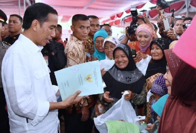 Jokowi bagi-bagi sertifikat