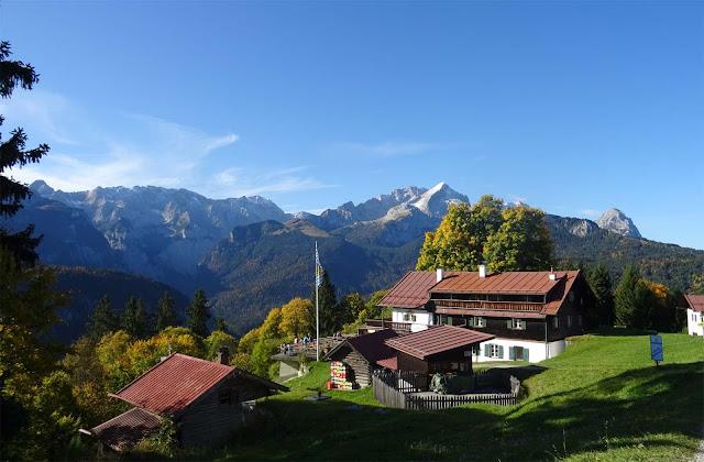 Das Eckbauer Haus mit Blick auf Berge, Laubbäume und Partnachklamm