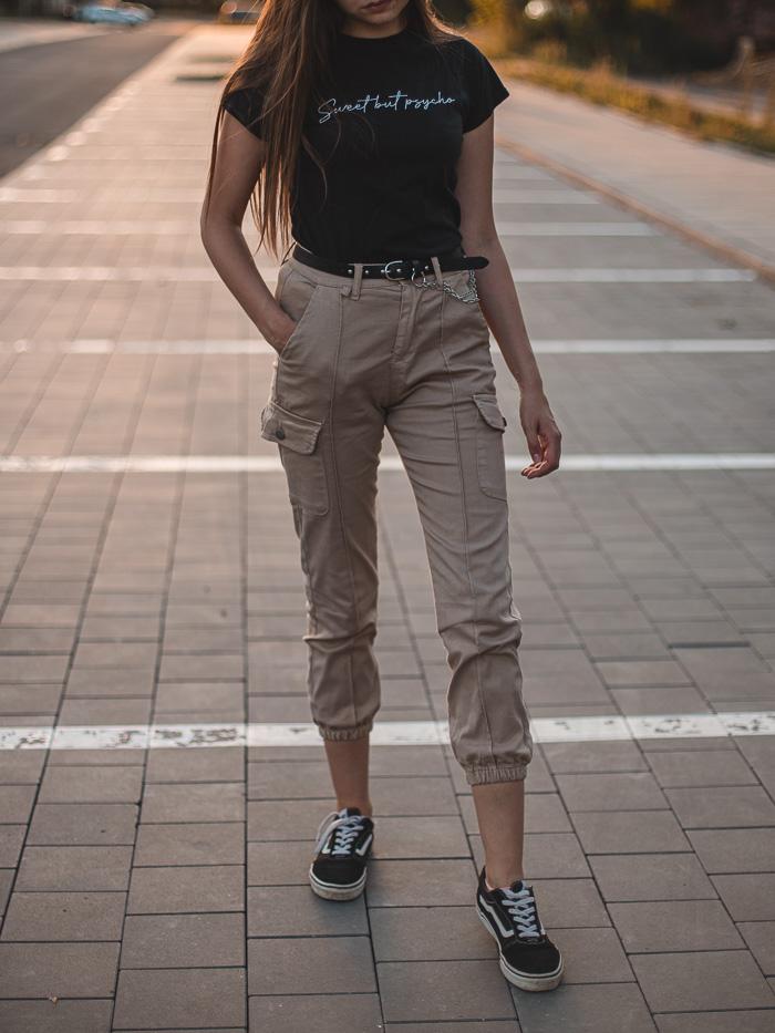 jaka stylizacja ze spodniami cargo