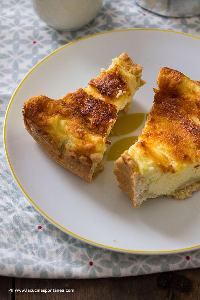 Piatto con fette di torta pasquale tradizionale dell'Abruzzo
