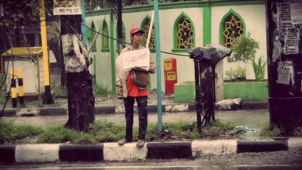 wanita tangguh, pedagang koran