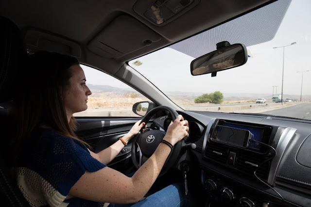 Lena conduciendo por Jordania