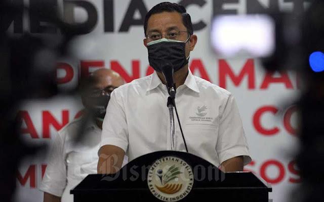Menteri Sosial Juliari P. Batubara menyampaikan sambutan saat menerima bantuan paket sembako di Jakarta,