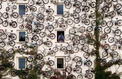 arte en una pared  con muchas bicicletas