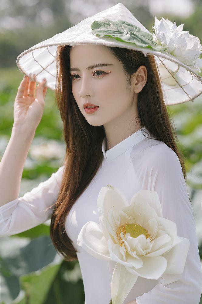 Ngắm bộ ảnh hoa khôi ĐH Ngoại Thương Thúy Đoàn bên đầm sen trắng 4