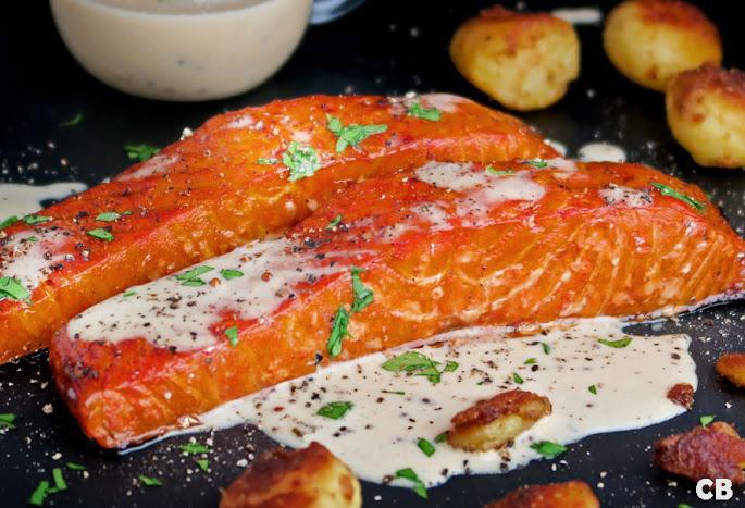 Recept: zo maak je zelf warmgerookte zalmmoten met een romig wittewijn-mosterdsausje
