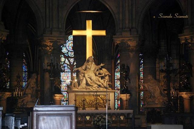Croce dorata realizzata da Marc Couturier nel 1993  e La Pietà realizzata tra il 1714 e il 1715 da Nicolas Coustou