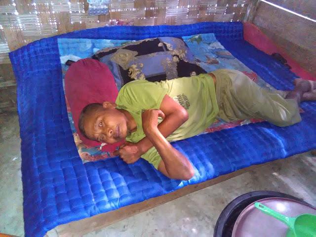 Paimun ayah dari Hendra terbaring lemah karena sakit yang dideritakanya.