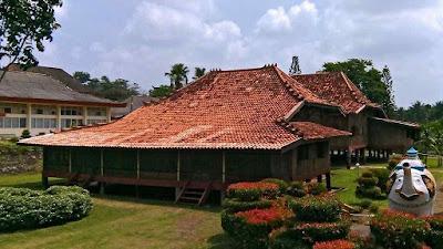 Rumah Adat Sumatera Selatan ( Rumah Limas )