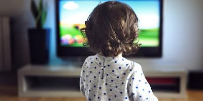 Κοριτσάκι που βλέπει διαφημίσεις