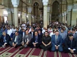 بالصور محافظ الفيوم يؤدي صلاة عيد الأضحى المبارك بمسجد ناصر بمدينة الفيوم