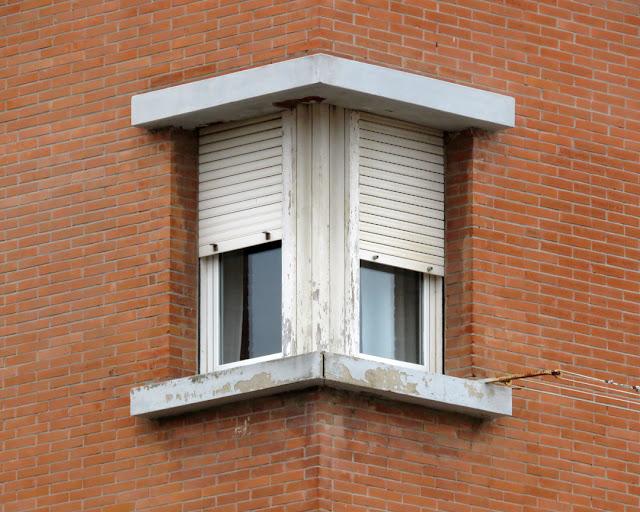 Corner window in Via Gramsci, Livorno