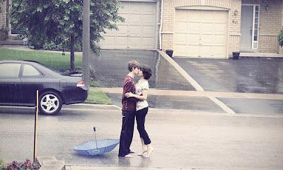 6 Tips to Charm Her,man kiss woman girl on street