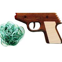 Un pistolet en bois qui tire des élastiques
