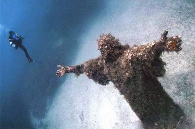 Cristo del Abismo de San Fruttuoso en Liguria, Italia.