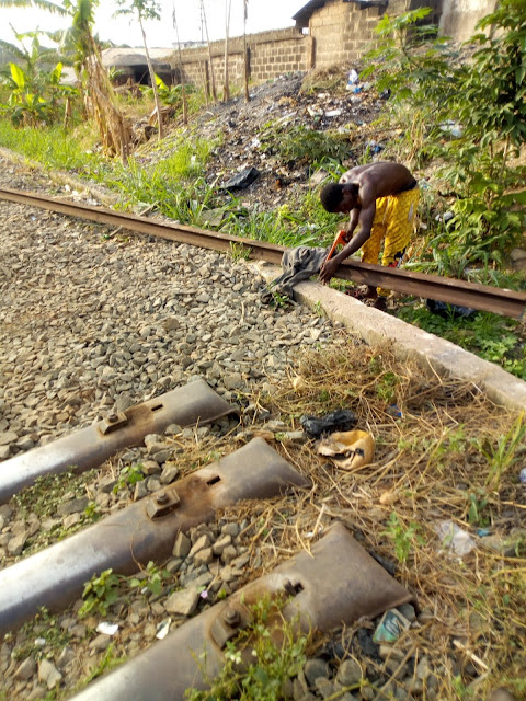 Man spotted cutting rail lines into different sizes in Enugu state (Photos)