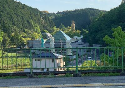 榊原温泉口ホームから見えるルーブル美術館