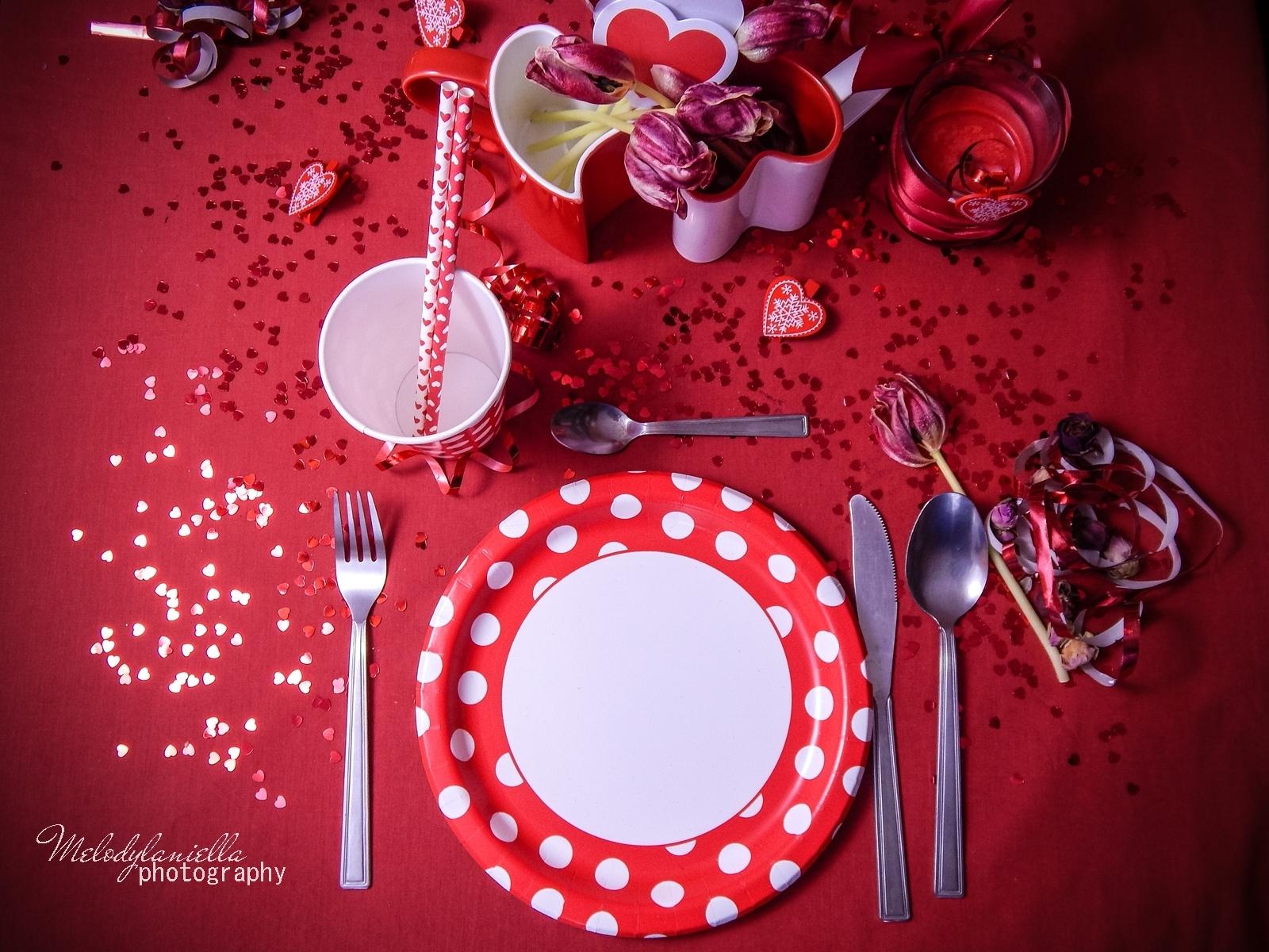 8 jak udekorować stół na walentynki walentynkowa kolacja pomysły na walentynkowe prezenty walentynkowe dekoracje home interior valentines blog melodylaniella partybox red confetti