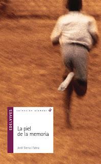 Portada del libro La piel de la memoria. Muestra la espalda de un niño maliense corriendo