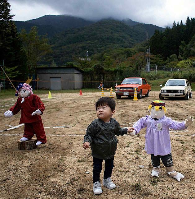 Bonecos de alunos brincando na escola para preencher o vazio.