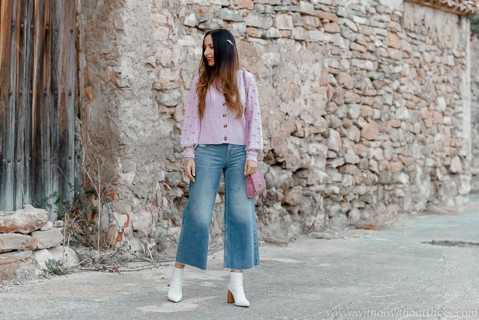Tendencias: Look cómo combinar una chaqueta de punto en color lila y pantalones vaqueros denim