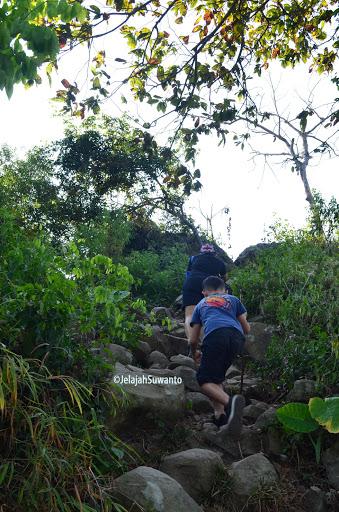 Trek Pendakian Gunung Lembu tanjakan berbatu | JelajahSuwanto