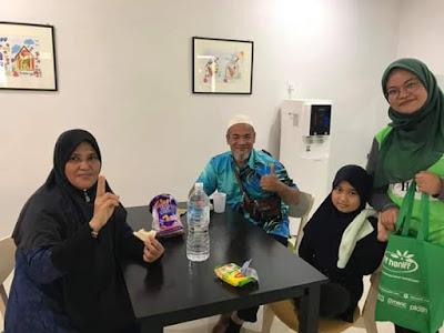 Aktiviti Mewangikan Rumah Ronald McDonald HUSM Oleh Team Afy Haniff | Rumah Ronald McDonald di HUSM merupakan sebuah rumah tumpangan yang di sediakan oleh Persatuan Kebajikan Ronald McDonald (RHMC Malaysia) dan merupakan Rumah Ronald McDonald yang kedua dan rumah ke-370 di dunia.  Warga Kelantan cukup bertuah kerana pihak RMHC Malaysia memilih HUSM sebagai Rumah Ronald McDonald yang kedua. Rumah Ronald McDonald pertama di Malaysia adalah di Hospital Canselor Tuanku Muhriz, Universiti Kebangsaan Malaysia (HCTM-UKM) pada tahun 1999.  Rumah Ronald McDonald di HUSM ini telah di rasmikan pada 6 Ogos 2019 yang lalu oleh YB Dato' Mohd Amar Abdullah, Timabalan menteri Besar Kelantan. Aktiviti Mewangikan Rumah Ronald McDonald HUSM Oleh Team Afy Haniff  Latar belakang Rumah Ronald McDonald di HUSM Apa yang AM boleh gambarkan mengenai Rumah Ronald McDonald ini adalah tempat tinggal yang cukup-cukup selesa untuk di diami oleh sesiapa sahaja. Malah tidak salah jika AM gambarkan bilik yang disediakan seperti berada di dalam bilik hotel yang mewah.  Secara keseluruhannya Rumah Ronald McDonald ini menyediakan 18 buah bilik tidur yang cukup selesa dan boleh menampung sehingga 18 buah keluarga dalam satu-satu masa. Setiap bilik tersedia 2 buah katil dan bilik air tersendiri.  Rumah Ronald McDonald juga menyediakan ruang makan, ruang istirehat, dapur, bilik dobi dan bilik permaianan yang serba lengkap. Untuk aktiviti memasak juga tidak menjadi masalah bagi keluarga yang menginap di Rumah Ronald McDonald ini kerana keperluan asas untuk memasak juga di sediakan oleh pihak RHMC Malaysia. Aktiviti Mewangikan Rumah Ronald McDonald HUSM Oleh Team Afy Haniff