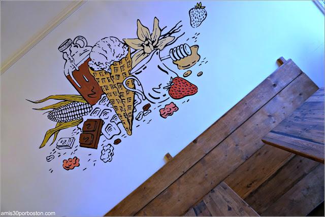 Zona de Mesas de la Heladería Honeycomb Creamery en Cambridge