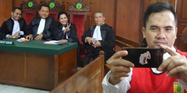 HEBOH !! Tangan Tidak DiBorgol Dan Asik Selfie, Terdakwa Kasus Pelecehan Seksual