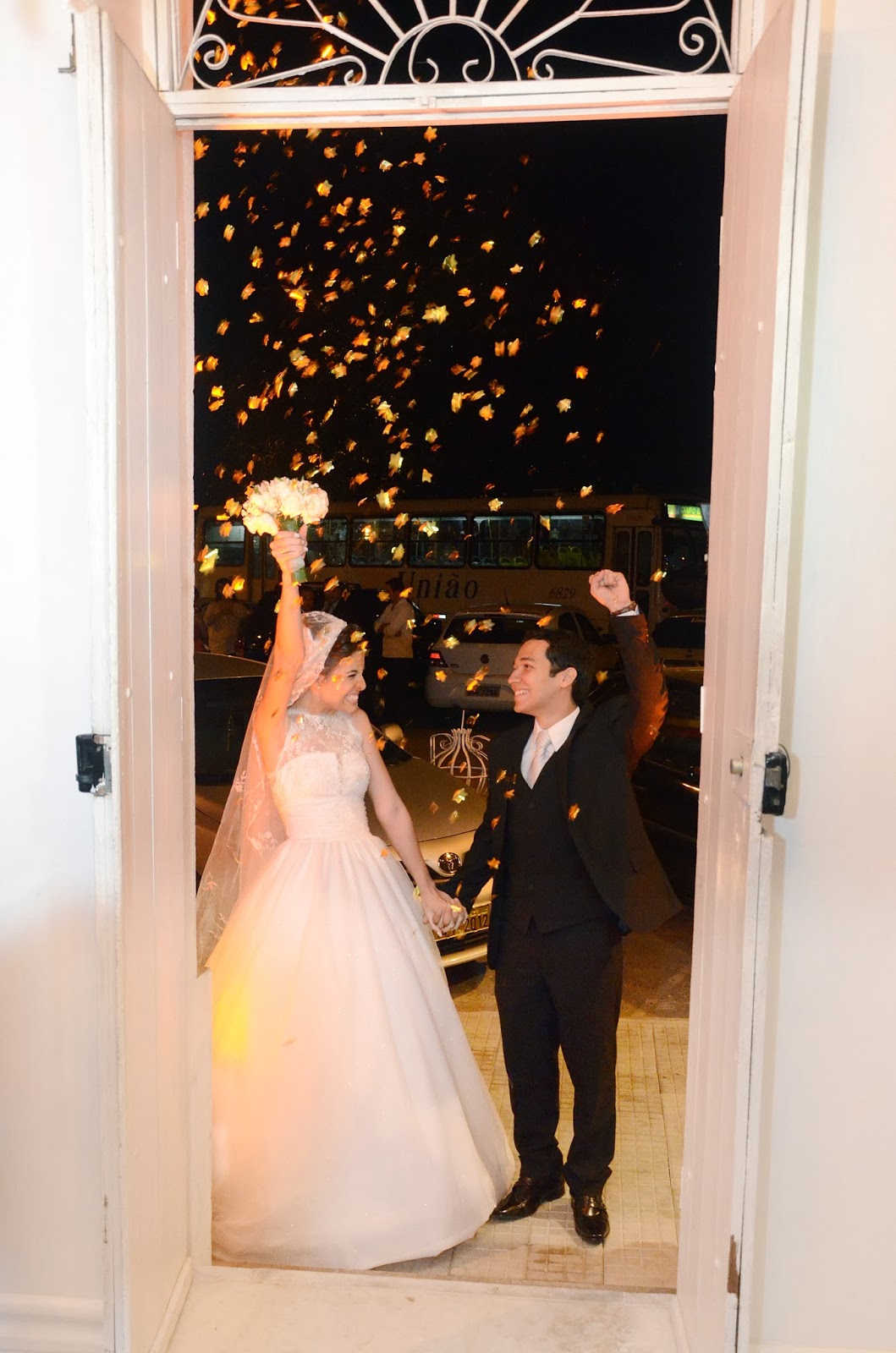 esta - recepção - noivos - entrada dos noivos na festa - chuva de papel