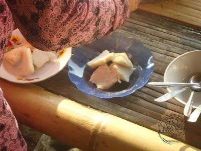 Menyajikan dengan irisan ketupat, bawang goreng, kerupuk, sambal
