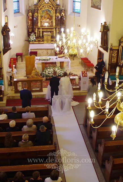 dekoracja ślubna kościoła biały dywan i kwiaty Prudnik