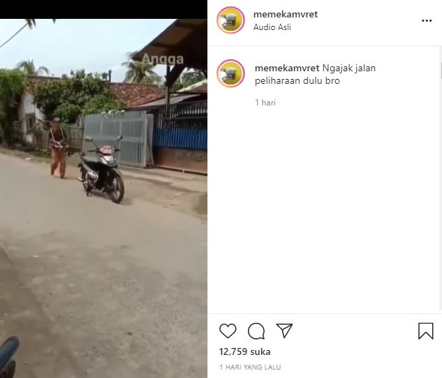 Pria kemudikan motor pakai remote control viral (Instagram).