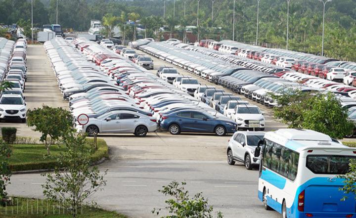 Ô tô 'nội' được giảm 50% lệ phí trước bạ
