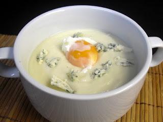 Crema de coliflor con queso azul y huevo poché.
