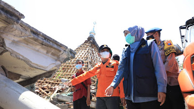 Tinjau  Lokasi Terdampak Gempa di Lumajang, Gubernur Khofifah Naik Motor Sejauh 4 Km