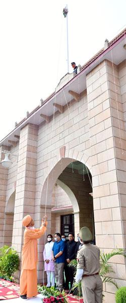 मुख्यमंत्री योगी ने स्वतंत्रता दिवस पर विधान भवन के मुख्य द्वार पर ध्वजारोहण किया
